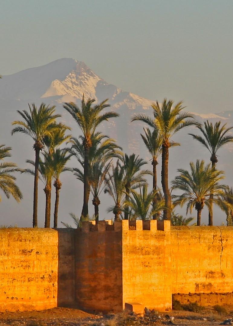 maroc_remparts_marrakech_avec_en_fond_le_haut_atlas_enneige