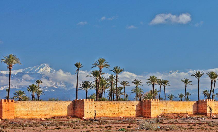 Maroc_remparts_marrakech_montagnes_haut_atlas_palmiers